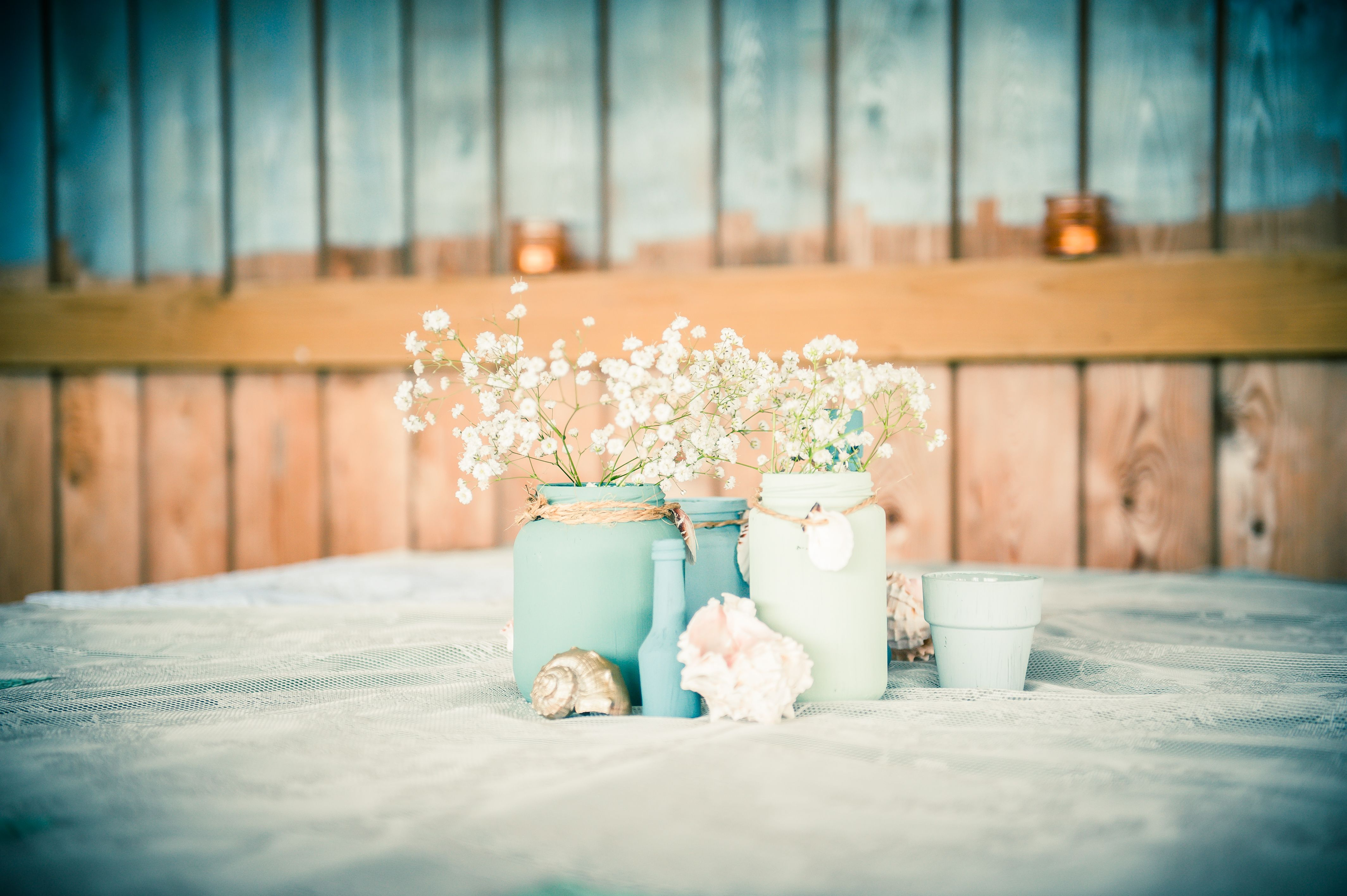 eigen trouwdag 04-07-2015 tafeldecoratie, potjes, bloemen, schelpen, vintage