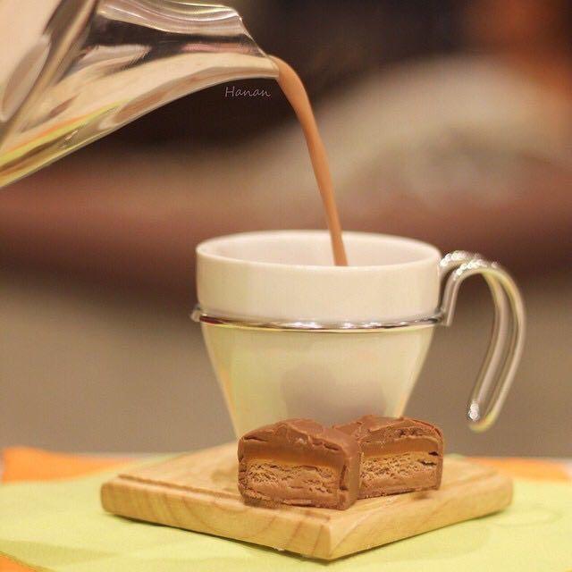 قهوة المارس المقادير كاس حليب ملعقة صغيرة قهوة ١ شكولاته مارس الطريقة سخني الحليب لمدة دقيقة كسري قطع المارس قطع صغيرة وحركيه لين يذوب ثم ضيفي ملعقة