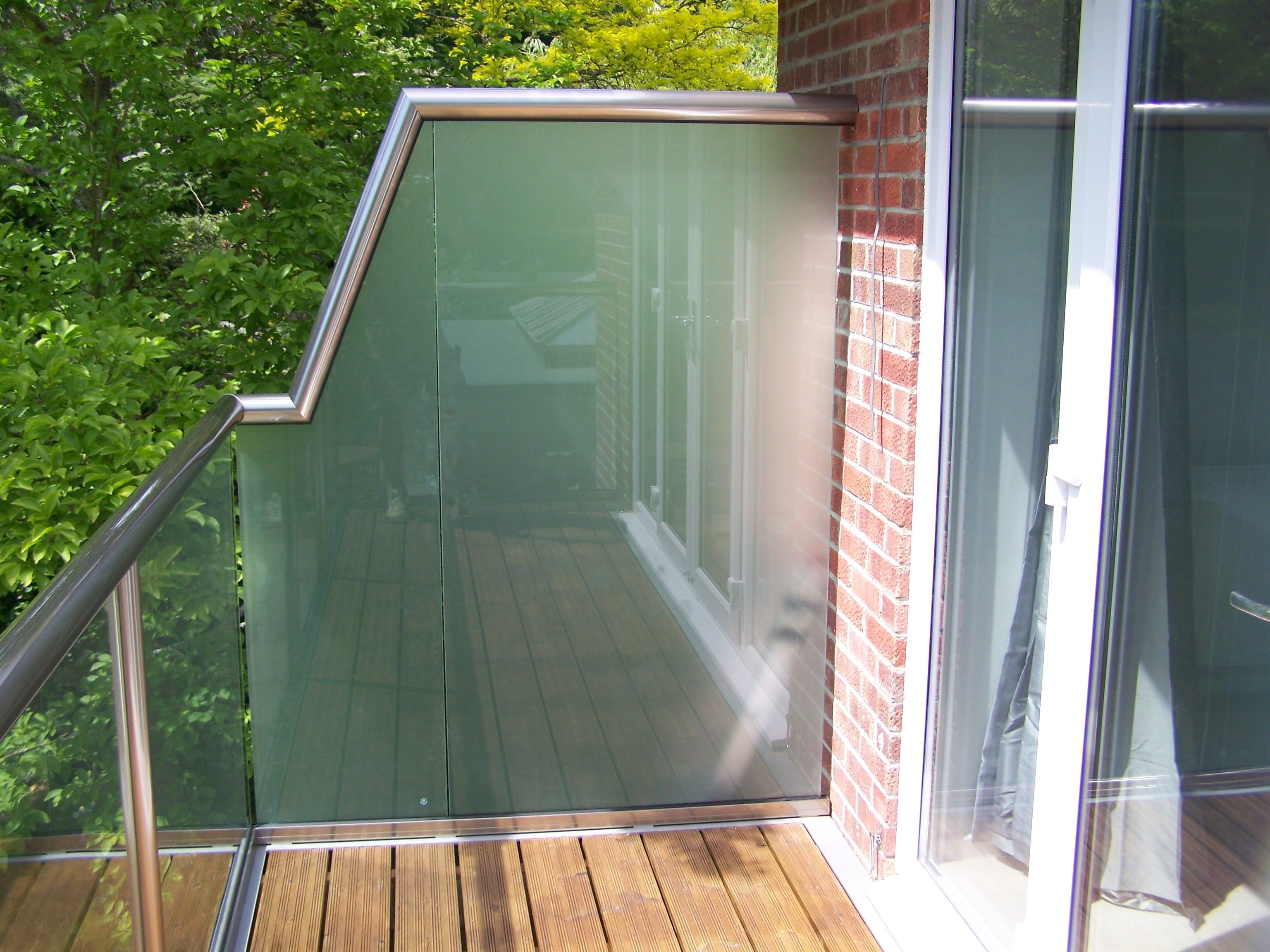 Glass balustrade with privacy screen divisori balconi for Balcony privacy screen