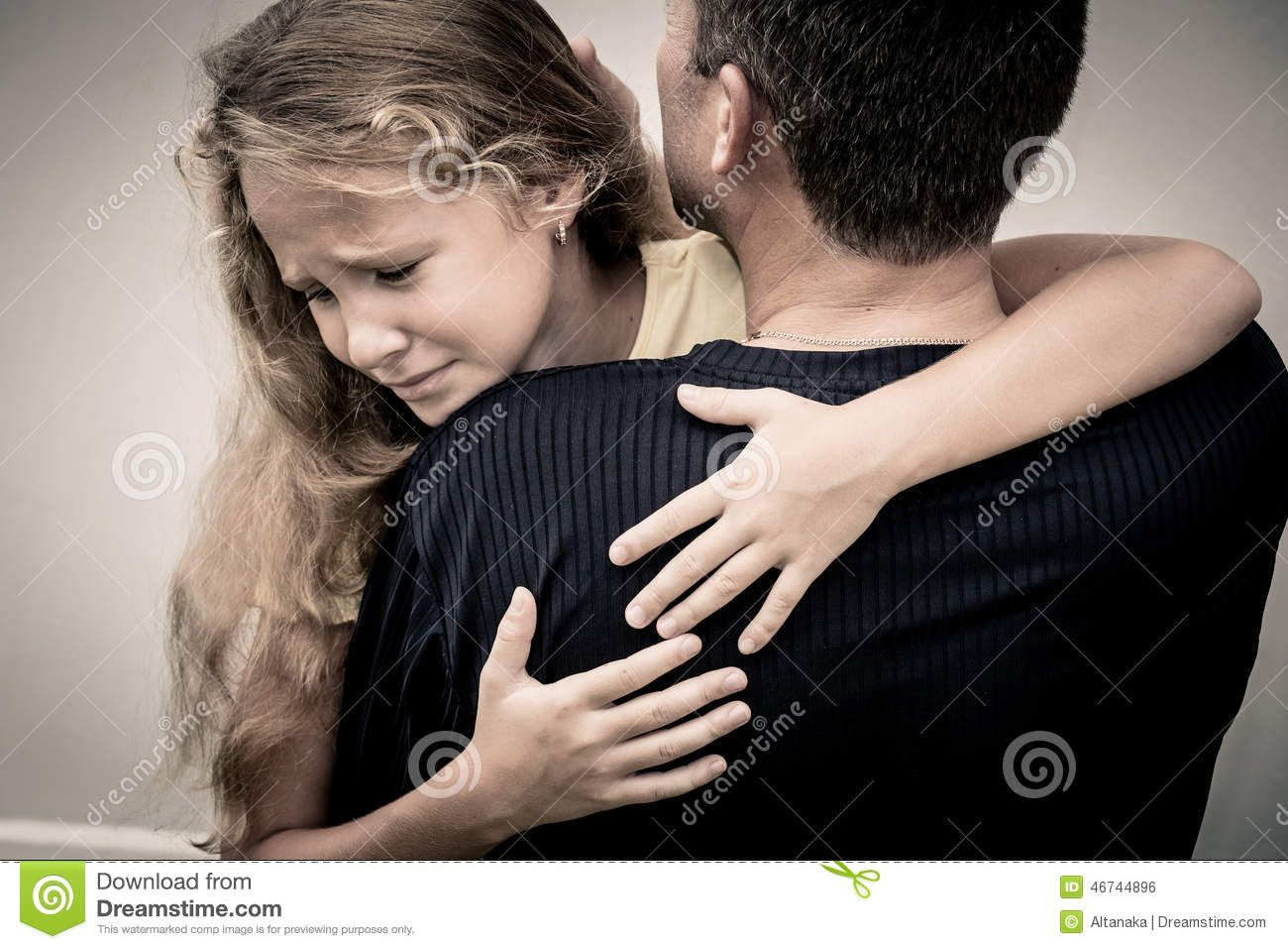 portrait-one-sad-daughter-hugging-his-father-day-time-46744896.jpg (1300×957)