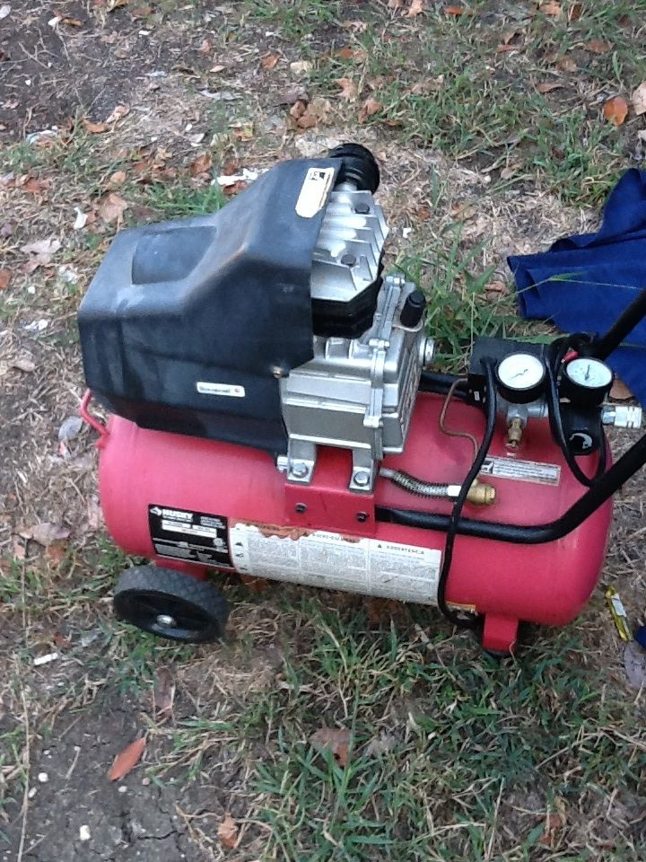 8 Gallon HUsky Electric AIr Compressor in Ramos' Garage