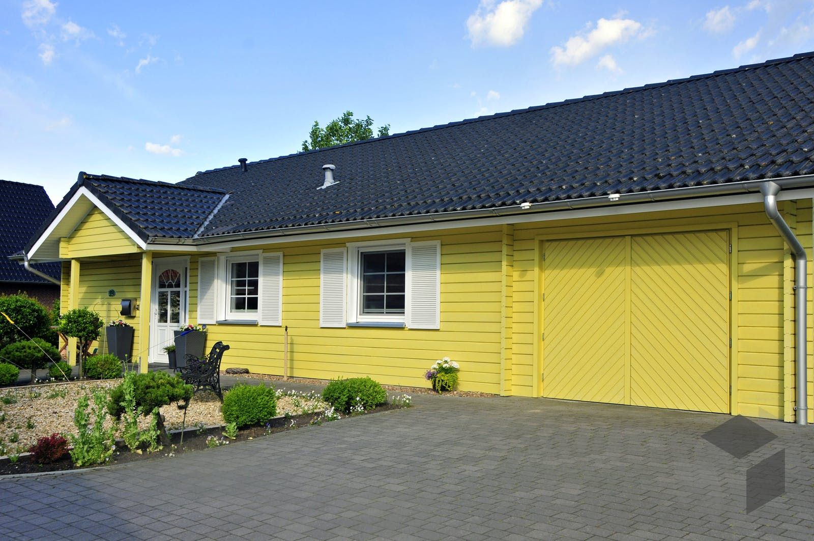 Bungalow Mit Garage Im Haus In 2020 Holzhaus Bungalow Haus Haus Mit Garage