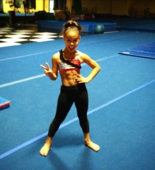 O M G Her Abs But She S So Little Shows Eduarda