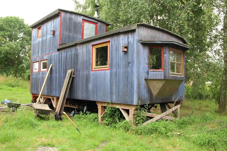 farbe f r den bauwagen taubenblau gartenhaus. Black Bedroom Furniture Sets. Home Design Ideas