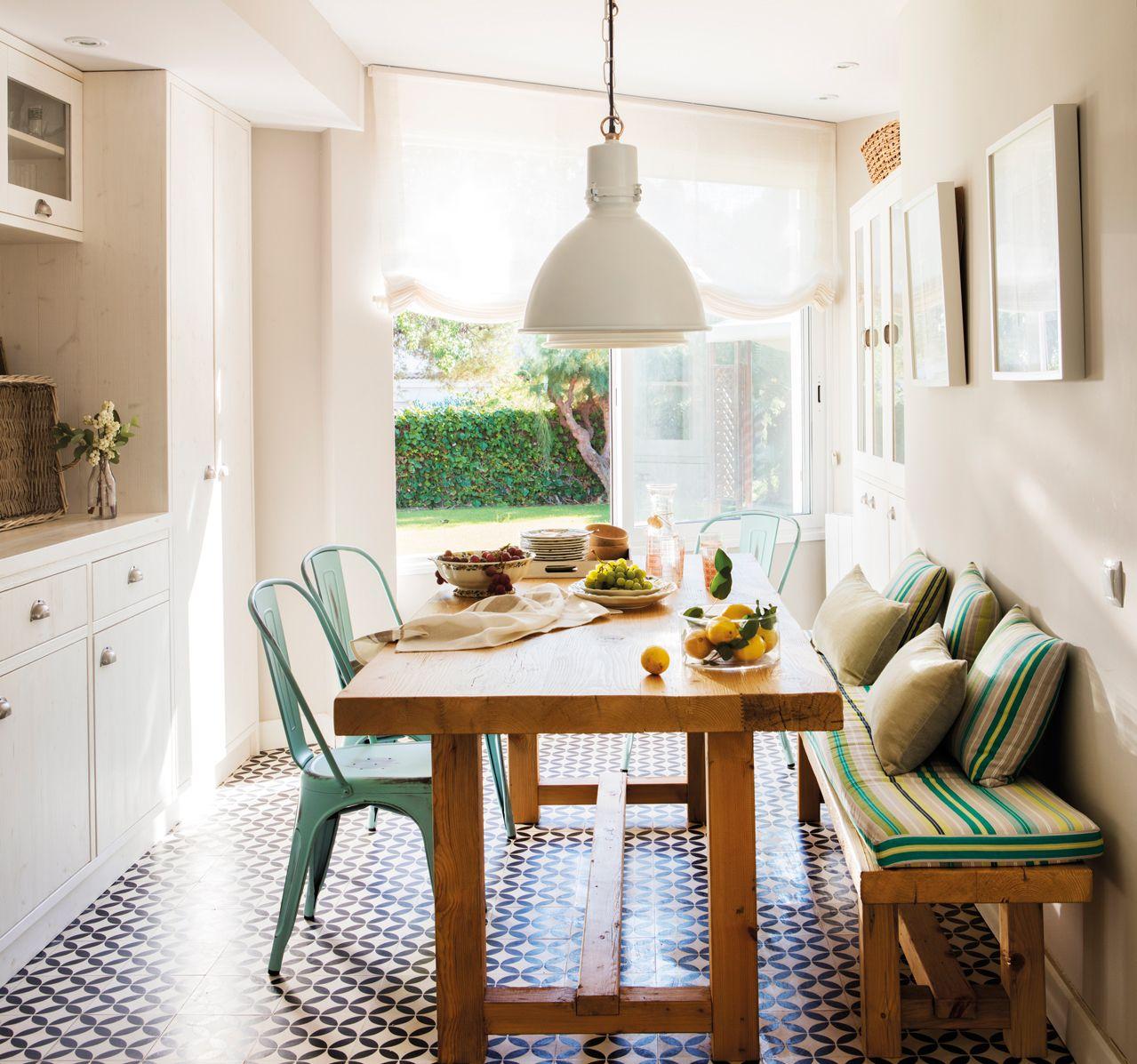 6.Office con banco, cojines verdes, sillas metálicas y lámpara de ...