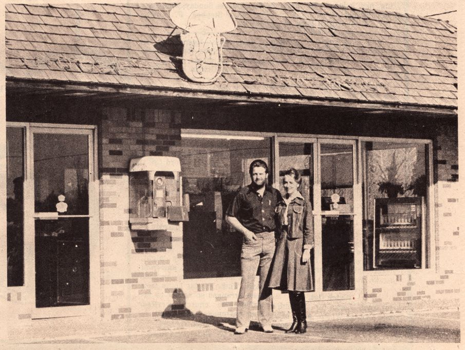 Harold And Mildred Sadler In Front Of Their Sadler S Smokehouse Resturant On Hwy 79 In Henderson Texas Texas History Henderson Texas History