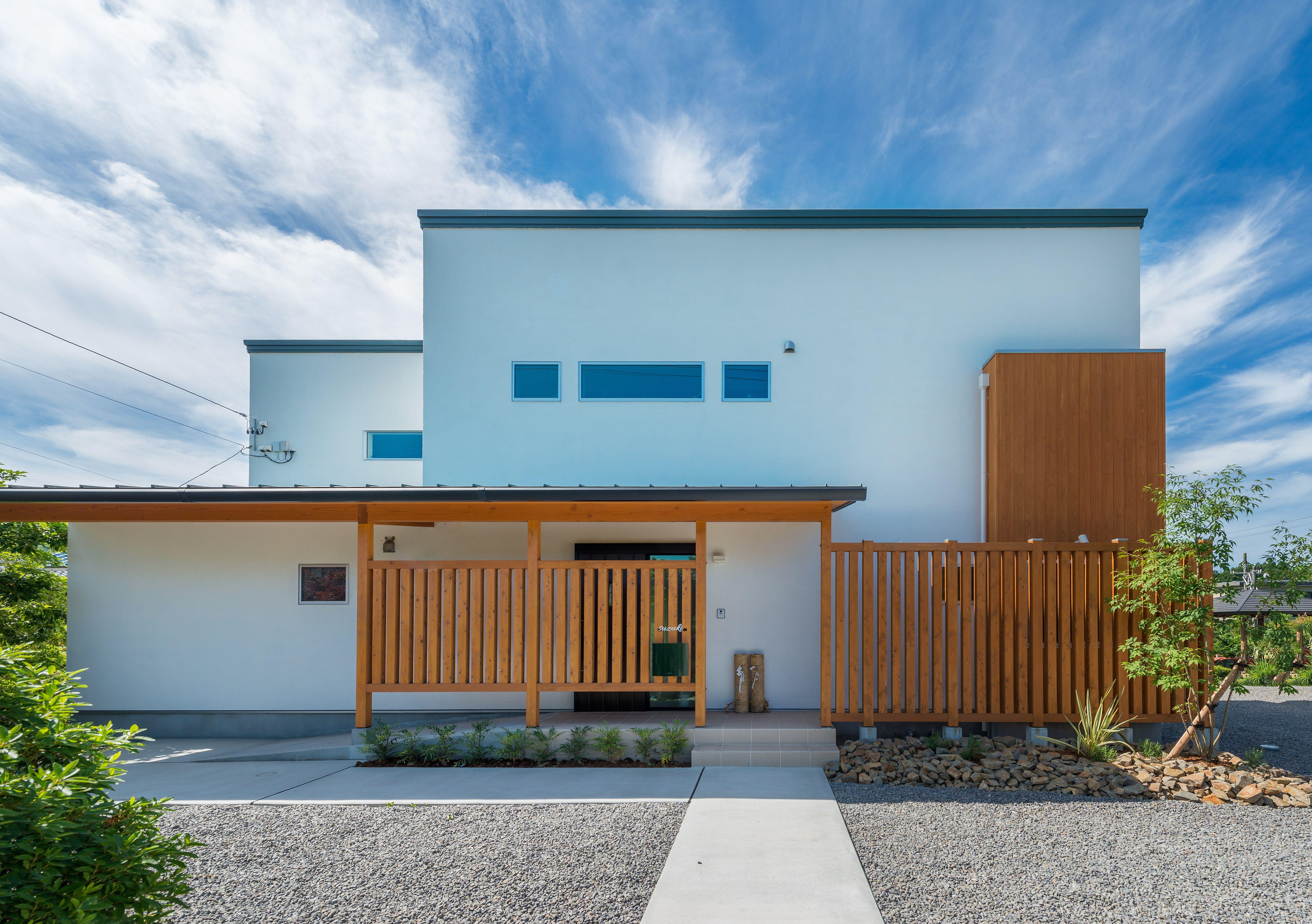 木の格子で和を演出する 外観 和風 木の格子 白壁 デザイン住宅