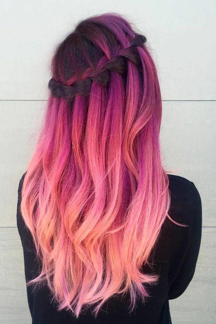 mittellange-lockige-rosa-haare-schwarze-bluse-ombre-flechtfrisur-alltagsfrisur-mit-großem-zopf