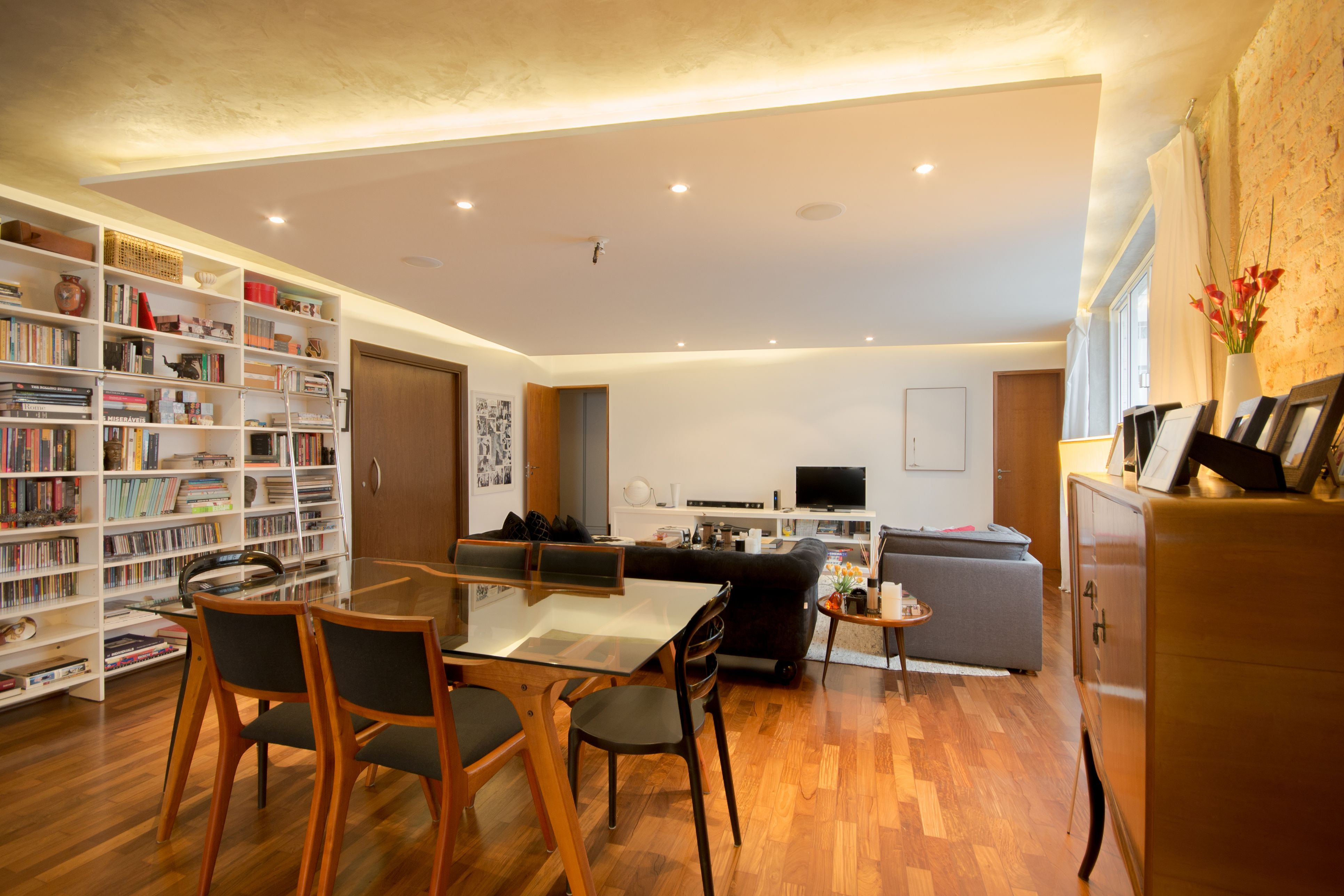 Sala de estar Parede de tijolinhos originais descascados, piso de  ~ Sala De Estar Gesso