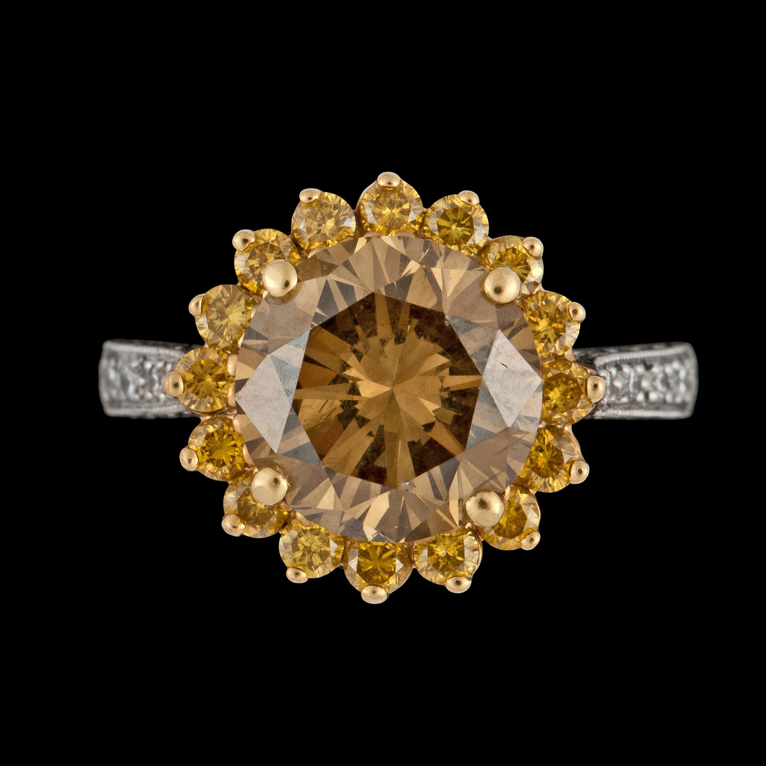 RING, briljant diamant, 3.60 ct, kvalitet fancy brown samt briljantslipade gula diamanter, tot. ca 0.60 ct.