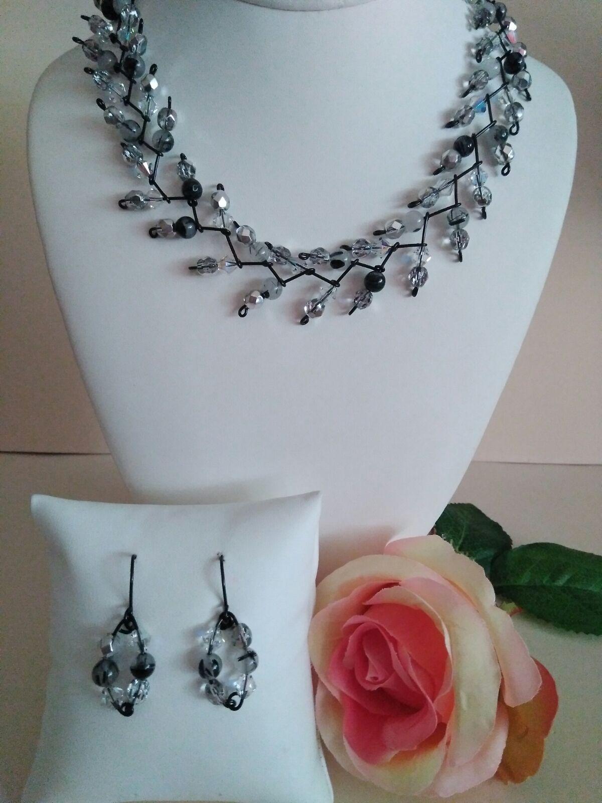 dcb63255dd77 Modelo Otoño. El collar está elaborado con cristales de Swarovski ...