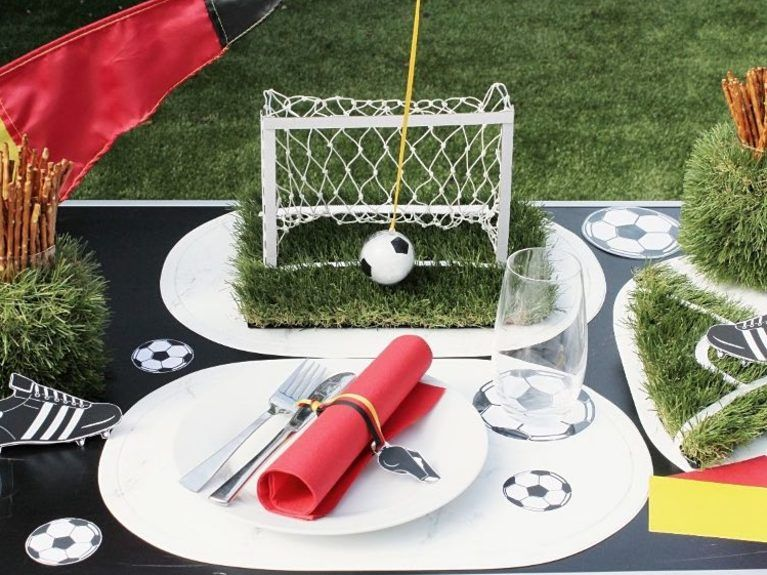 diy anleitung tischdeko f r die fu ball em selber machen via fussball em diy. Black Bedroom Furniture Sets. Home Design Ideas