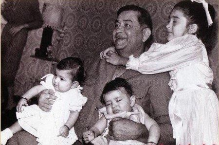 Raj Kapoor With Karisma And Kareena Kapoor Childhood Photos Photo Bollywood Stars