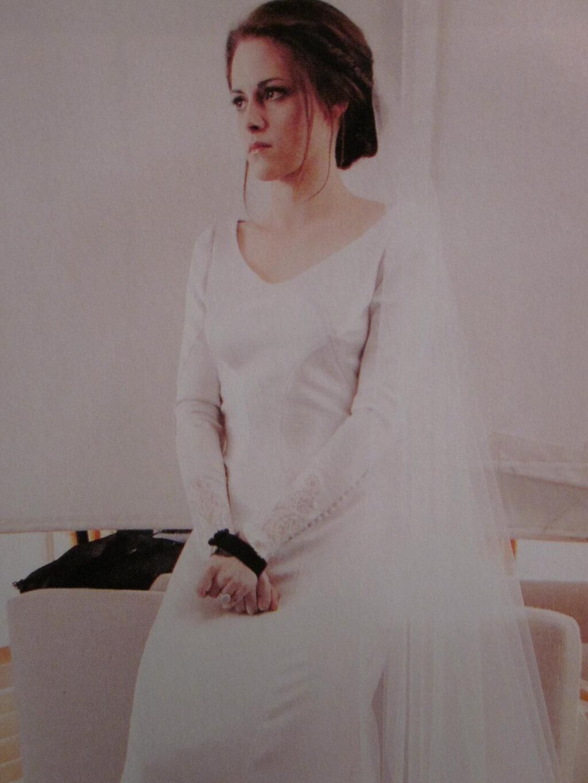Bella's wedding dress in breaking dawn  Oldnew BD bts pic of Kristen in the wedding dress   U donut