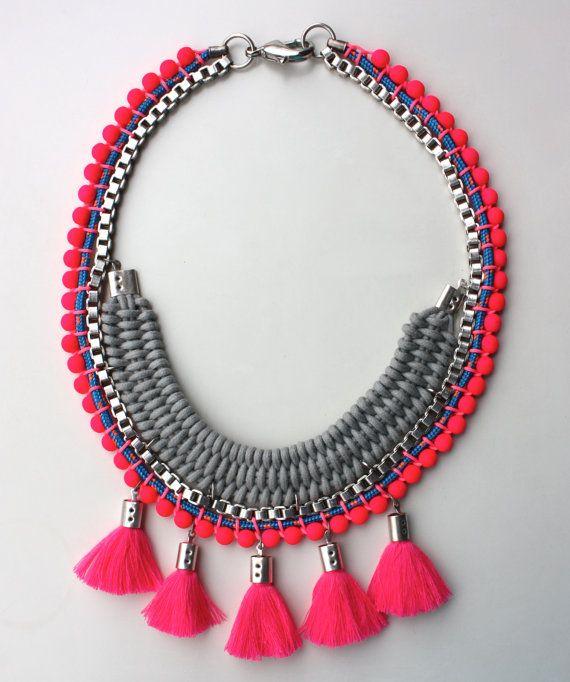 PALENQUE collar en rosa neón trenzado y con pompones