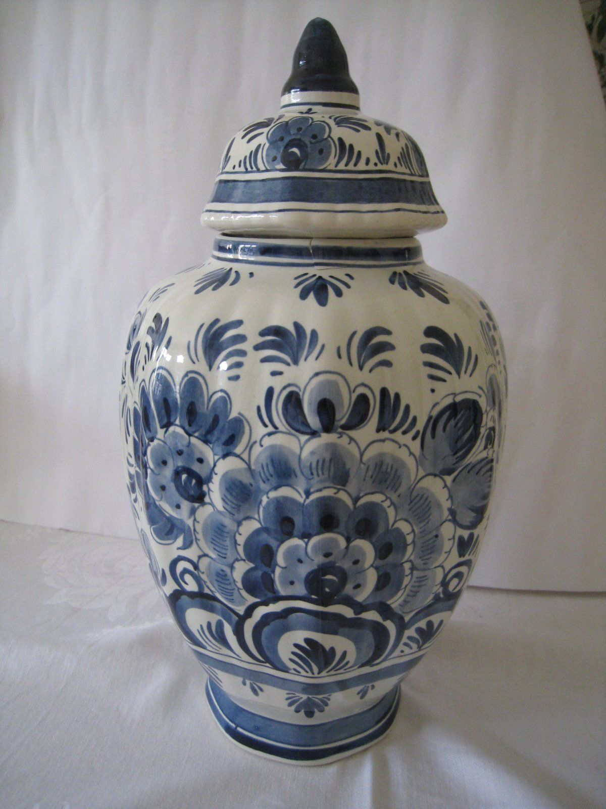 original delft deckelvase delfter porzellan weiss blau blumenvase vase holland ebay vasen. Black Bedroom Furniture Sets. Home Design Ideas