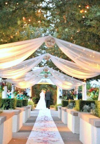 El tul puede ser una excelente opción para decorar el techo de una - bodas sencillas