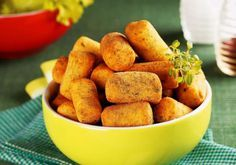 """Que tal experimentar novos sabores de salgados? Conheça a receita de <a href=""""http://mdemulher.abril.com.br/culinaria/receitas/receita-de-croquete-mandioca-696475.shtml"""" target=""""_blank"""">croquete de mandioca</a>."""