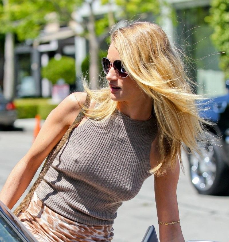Rosie-Huntington-Whiteley-Pokies-Out-In-Los-Angeles-Wearing-Sexy-Skirt-Skimpy-Top-06Jpg 800 -7425