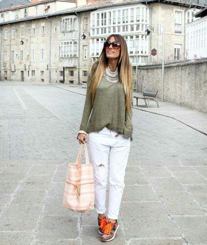 Jersey verde, pantalón blanco y playeros | Look | Pantalones