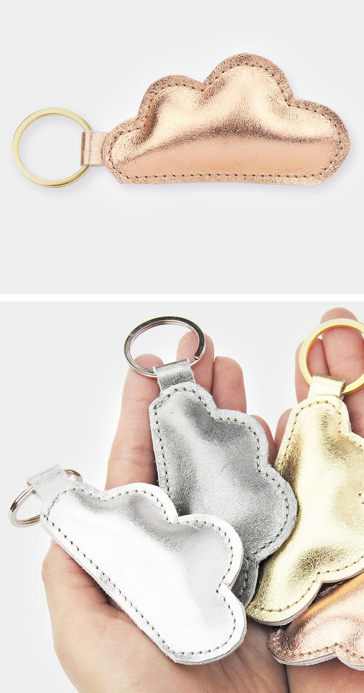 Llavero de piel metalizada con forma de nube. Tener a la luz …