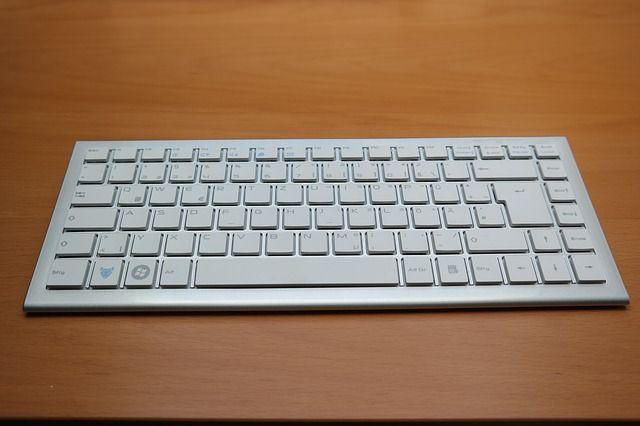 Es un teclado modelo h-8987 y esta disponible en colore: blanco, Azul y negro