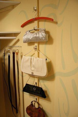 Un exhibidor para las bolsas y los cinturones dise o de for Percheros para colgar bolsas