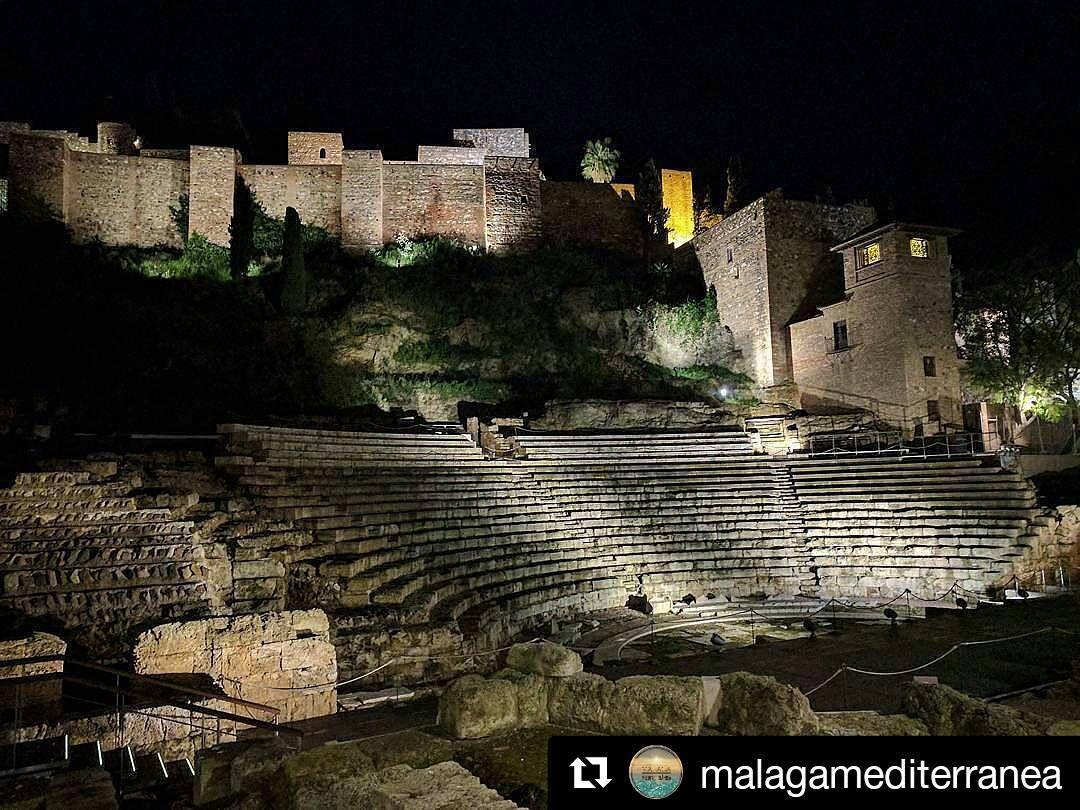 La Alcazaba De Dia Llama La Atencion Por Su Majestuosidad Pero De Noche Te Atrapa Y Te Traslada A Otro Tiempo Gracias Malagamed Andalucia Spain Espana