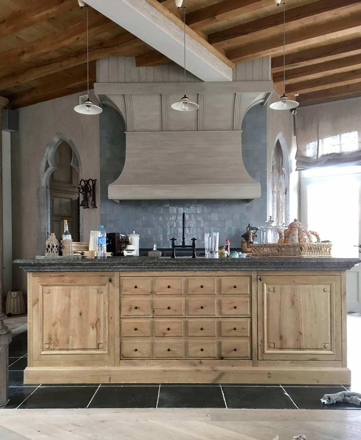 Kuche Aus Eiche Mit Grosser Esse Und Blausteinplatte Von Charme De Provence Mediterran Holz Holznachbildung Homify Kuche Einbaukuche Wohnkuche