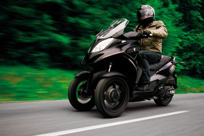 MSA distributor for Kymco and Hyosung takes over the distribution of three-wheeled scooter 350D Quadro from Italy. The vehicle in the style of the Piaggio MP3 is powered by a single cylinder engine with 313 cubic centimeters, which delivers 15 kW / 21 hp. So the Quadro 350D, which may be driven by car drivers license, a top speed of 120 km / h. The two front wheels are equipped with a hydraulic tilt technology, which allow curves in lateral entanglement of up to 40 degrees. Other features inc...