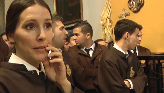 Adela Úcar se introduce en el mundo de la penitencia religiosa de la Semana Santa española. La presentadora llegará a portar como una cofrade más al Cristo de la Soledad en Málaga y a salir como 'empalada' en Jerez de los Caballeros.