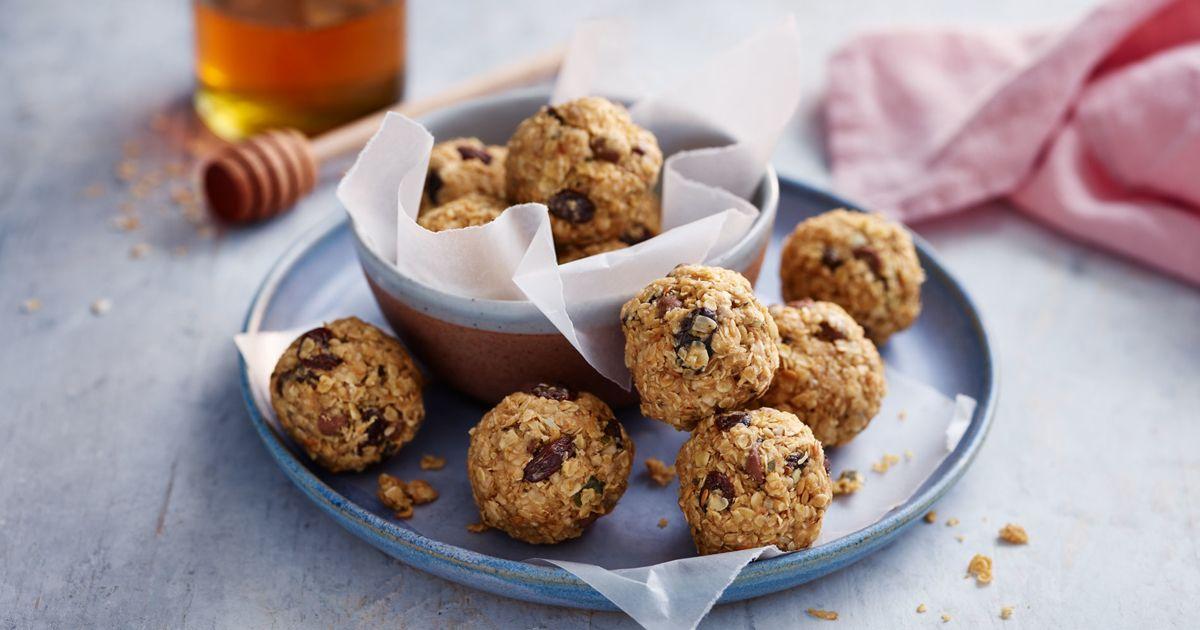 250 g oats; 6 tbsp smooth peanut butter; 50 g raisin; 50 g chocolate chips; 3 - 5 tbsp honey; 2 tbsp coconut oil