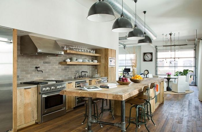 industrielle küche hölzerne kücheninsel große pendelleuchten, Kuchen