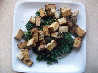 Nezumi entdeckte den Mandel-Nuss Tofu für sich: hier als Mittagessen mit viel Spinat.  http://dhiammara.blogspot.de/2012/10/vegan-wednesday-5-13.html