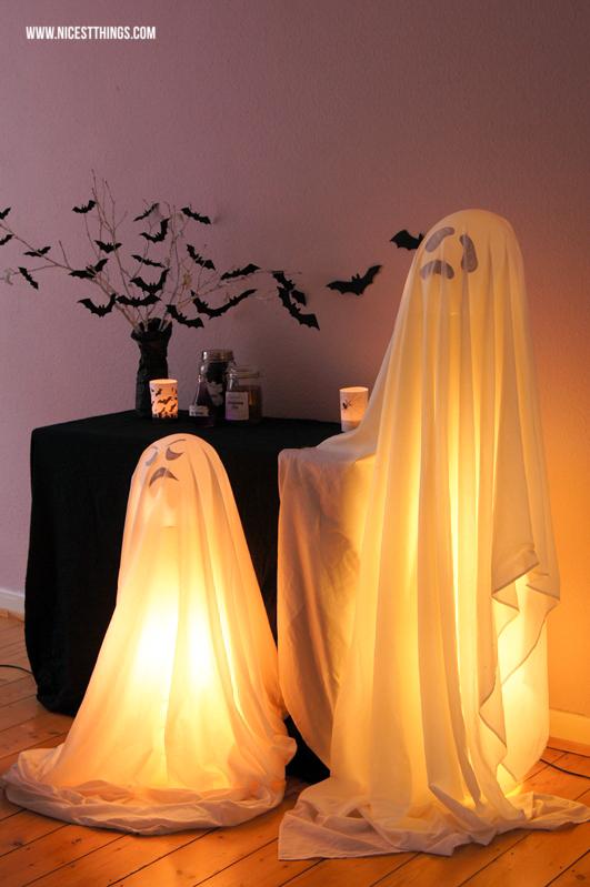halloween deko ideen diy leuchtende geister und fledermaus zweige basteln. Black Bedroom Furniture Sets. Home Design Ideas