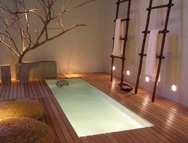 baignoire incrustée dans le sol ambiance spa bois nature décoration
