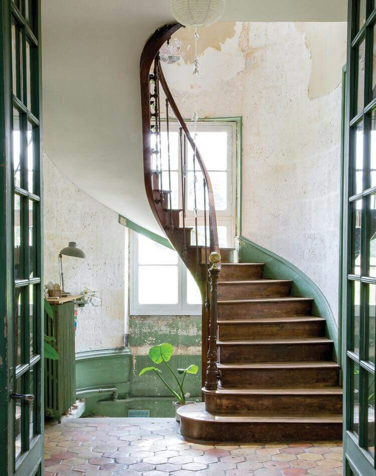 Stairs in a little, old French castle. ♡ Disegno scala