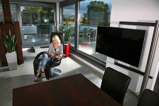 die halterung f r den fernseher ist genial der sessel yoga aber auch nicht schlecht sch ne. Black Bedroom Furniture Sets. Home Design Ideas