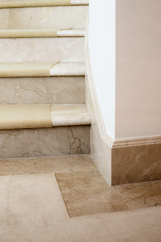 Die Marmortreppe Und Der Bodenbelag Aus Dem Gleichen Naturstein Wirken Wie Aus Einem Guss Marmortreppe Natursteintreppe Treppe