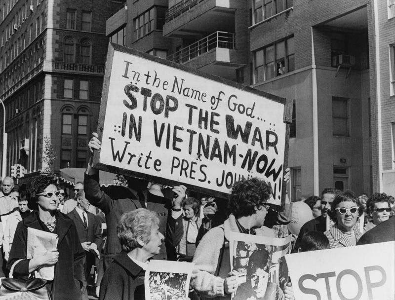 many rallied against the us involvement in the vietnam war Henry kissinger signs the paris peace accords on jan 27, 1973 in paris the war ended on april 30, 1975, when saigon surrendered almost without fighting to the communist forces, ending the united states' involvement in vietnam.
