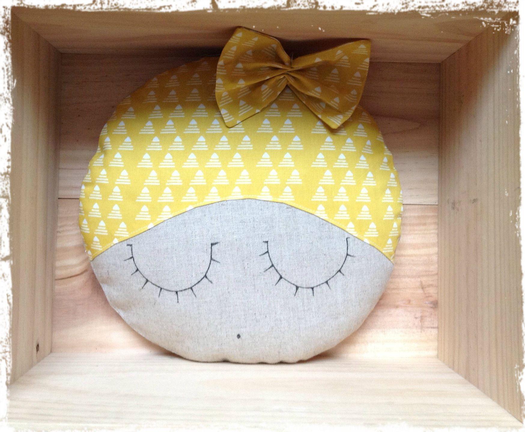 Coussin visage endormi lin tissu jaune linge de lit for Decoration murale tissu