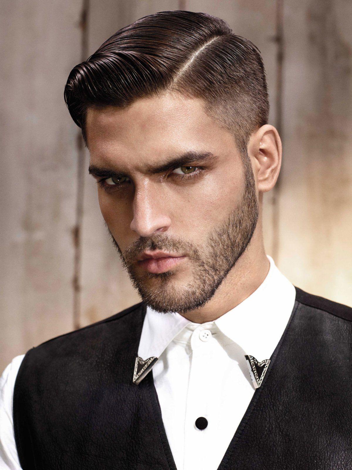 Ricki Hall hat's vorgemacht - seine Frisur wurde promt zum einflussreichsten Männerhaarschnitt 2014 gekürt. Seitdem liegen elegante Männerfrisuren mit Seitenscheitel absolut im Trend!Alles zum Thema Haare und Frisuren findet ihr hier: Frisuren