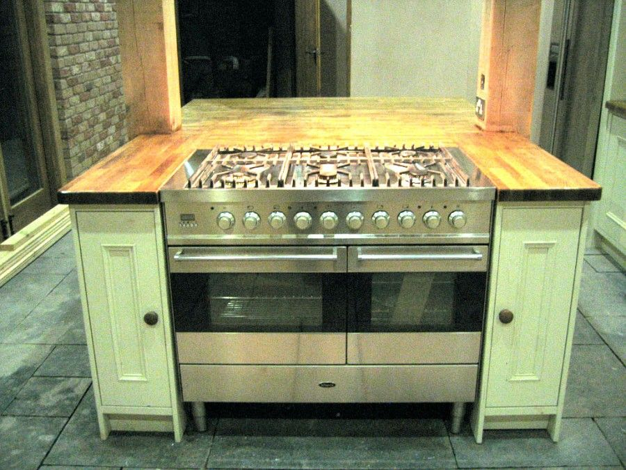 pros and cons of a pro gas range in a kitchen island