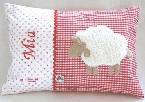 Namenskissen 25x35 Mit Schaf Auf Rot Von Baby Glueckspilz Shop Auf