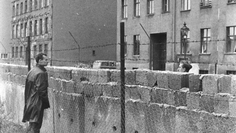 Eurico de Barros escolheu dez filmes que mantêm viva a memória de como era Berlim dividida e a antiga RDA comunista. O mais antigo é de 1963, o mais recente de 2012. Uma cinematografia indispensável.