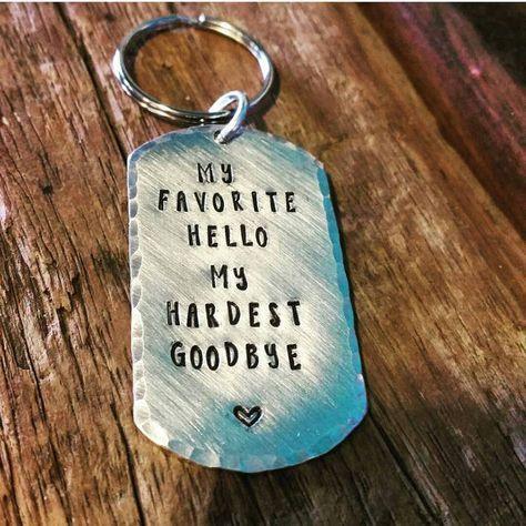 Lange Distanz-Beziehung, hand Stempel Schlüsselbunde. Bereitstellung Geschenk. aus der Stadt Arbeiter. Schlüsselbund gesetzt, Ferngespräche Liebe Hallo, auf Wiedersehen