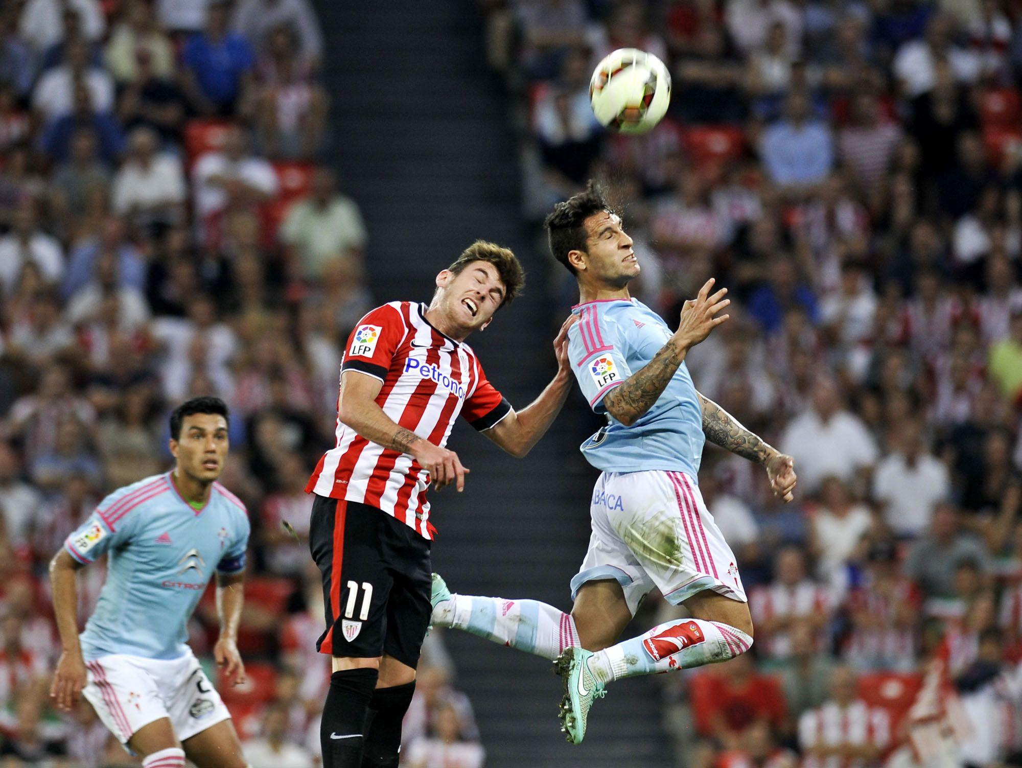 @Celta Augusto Fernández observa como Hugo Mallo salta por una pelota #9ine