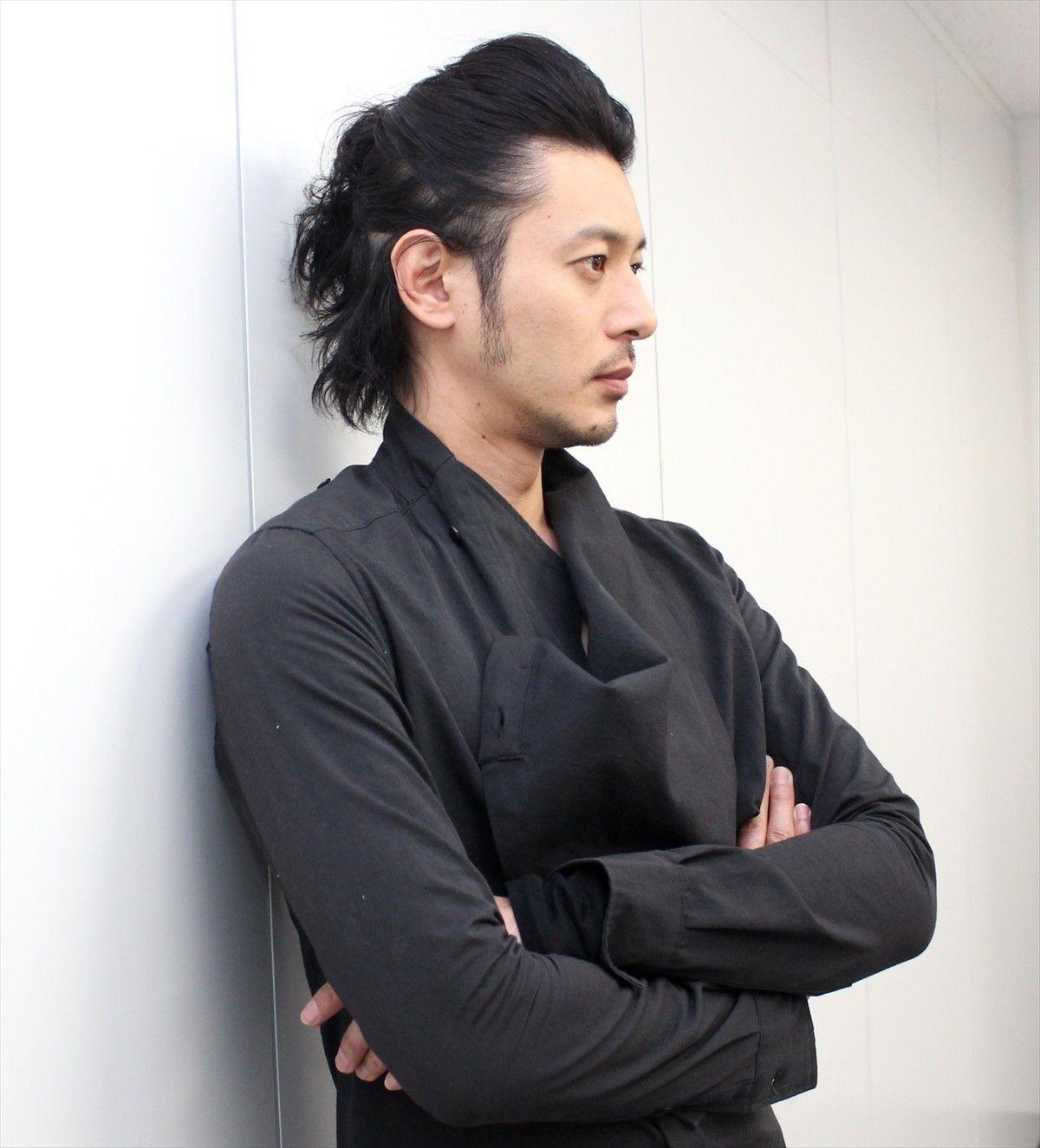 最新 オダギリジョーの髪型から学ぶオシャレヘアのセット方法 ヘアスタイルマガジン 長い髪の男 メンズ 長髪 アジアの男性のヘアスタイル