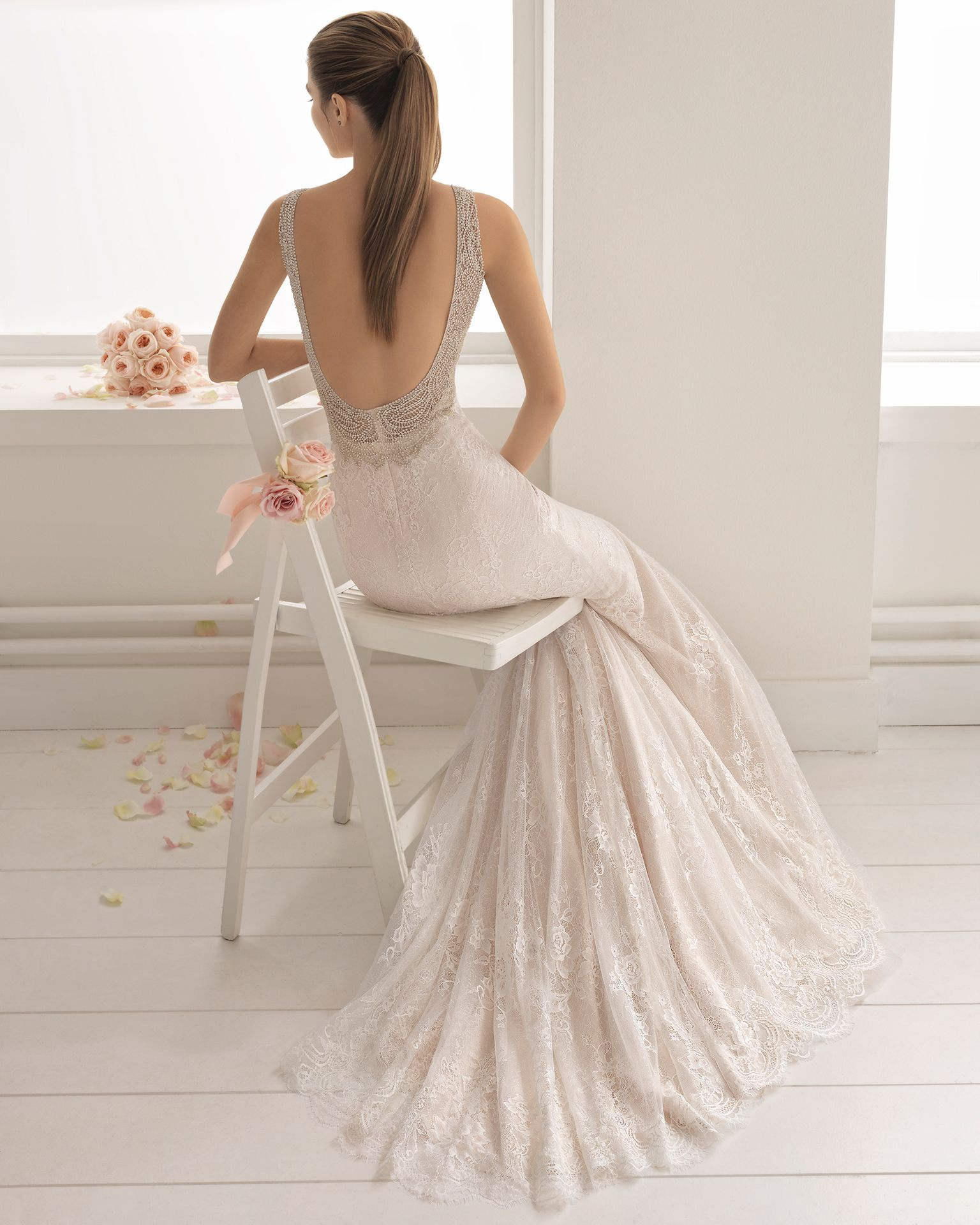 Vestido de novia estilo romántico en encaje y pedreria con escote ...