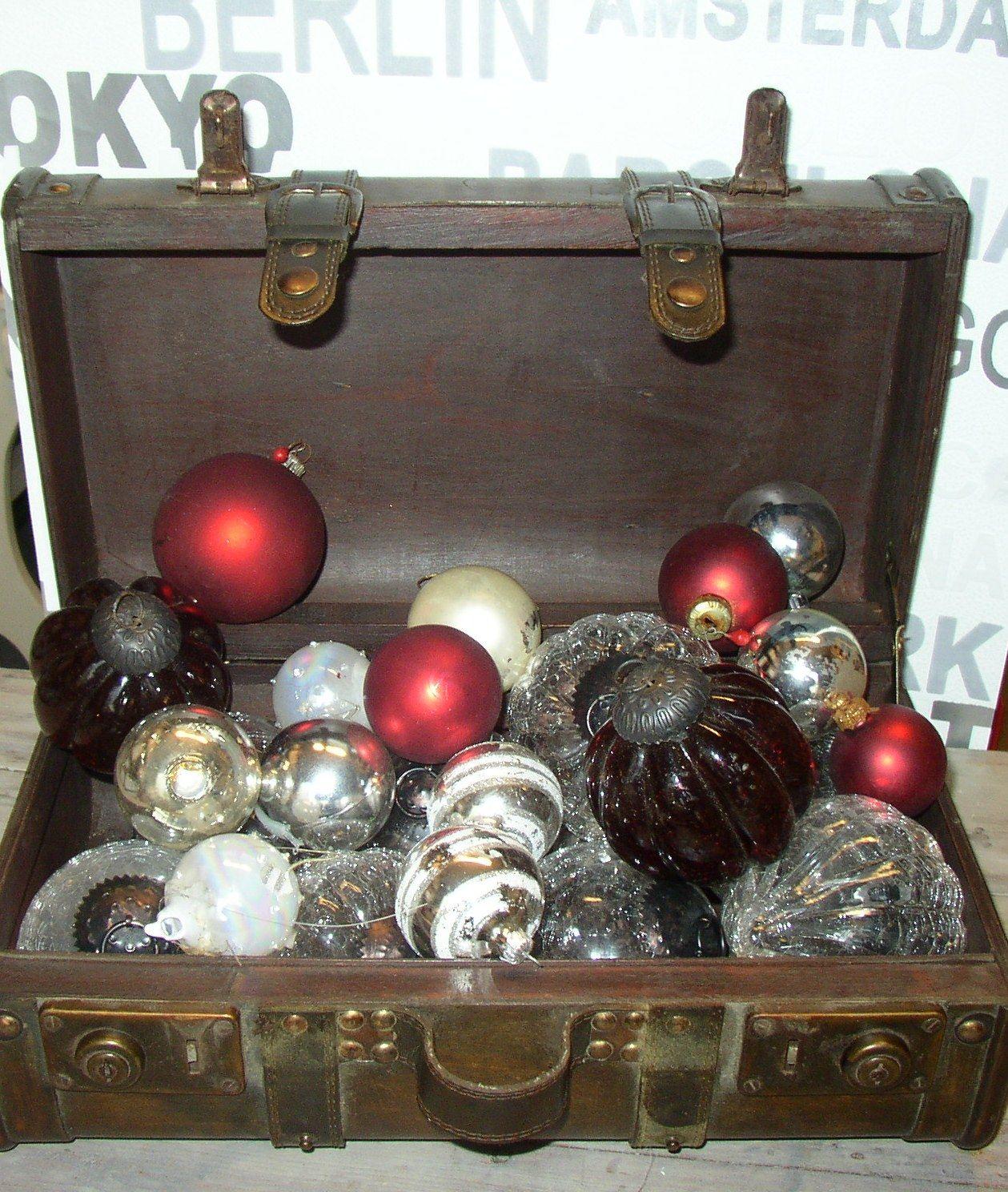 Een van de dingen die we in de kerstboom   hangen zijn mooie glimmende kerstballen, maar je kunt ze natuurlijk ook in een mooie houten koffer neerzetten.